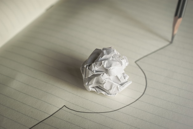 A linha tirada lápis evita uma bola de papel amarrotada evita o conceito dos erros.
