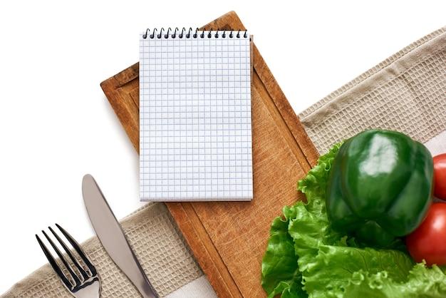 A lista de produtos para o prato favorito de legumes frescos está na mesa