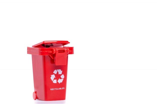 A lixeira vermelha isolada no branco