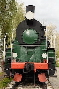 A locomotiva a vapor soviética nos trilhos em um museu.