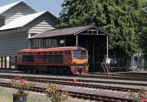 A locomotiva elétrica a diesel velha está estacionando perto do depósito.