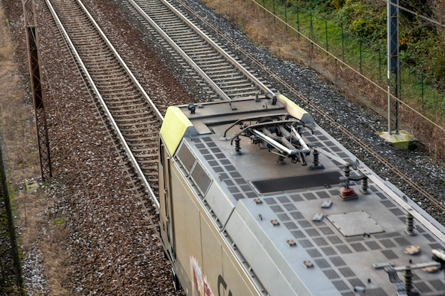 A locomotiva está dirigindo nos trilhos no campo