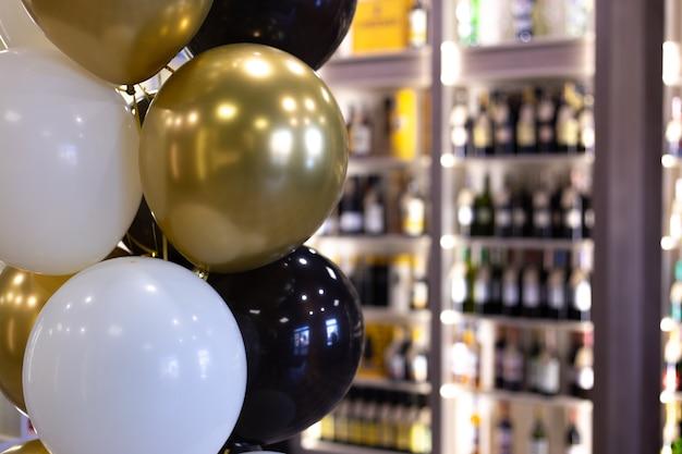 A loja de bebidas é decorada com balões por ocasião da inauguração