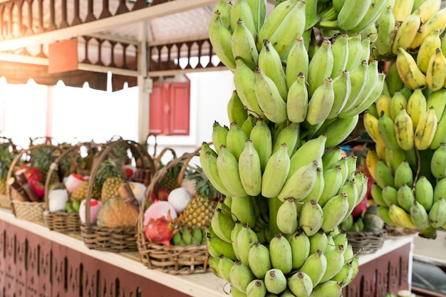 A loja de frutas para dedicar, banana inteira e frutas