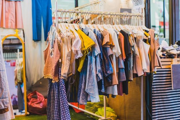 A loja de roupas nas passarelas no shopping
