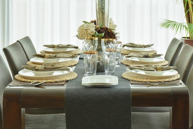 A louça de mesa bonita na mesa de jantar