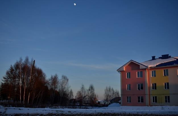 A lua brilha sobre a aldeia