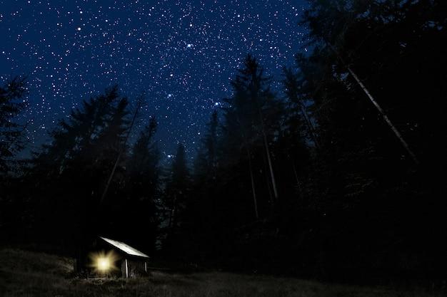 A lua brilha sobre a manjedoura do natal de jesus cristo.