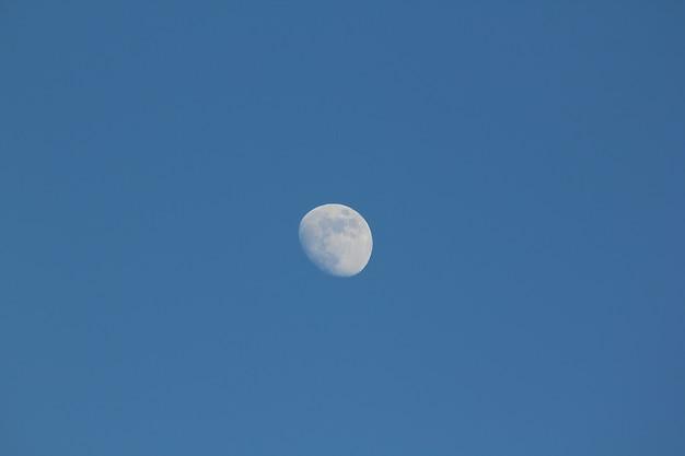 A lua durante o dia.