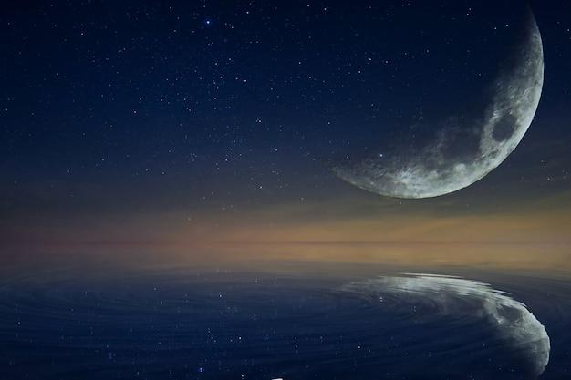 A lua e a lua refletem a água.
