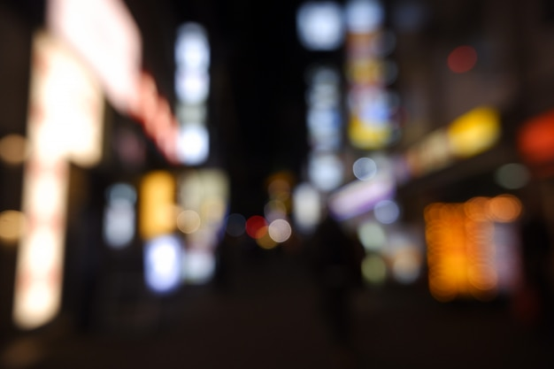 A luz borrada da noite da cidade defocus a arquitectura da cidade.