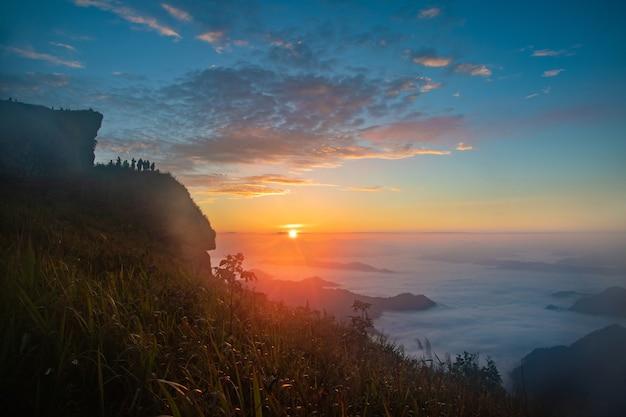 A luz da manhã e o sol brilham no topo das colinas.