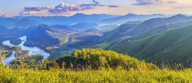 A luz da noite sobre o pitoresco vale da montanha