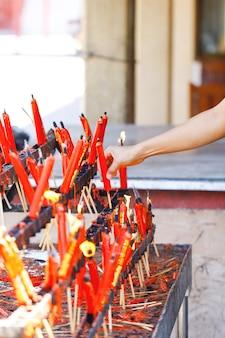 A luz da vela e incenso na mesa de comida para espíritos no festival do fantasma chinês