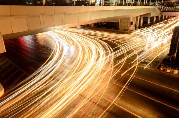 A luz do carro na estrada com engarrafamento à noite