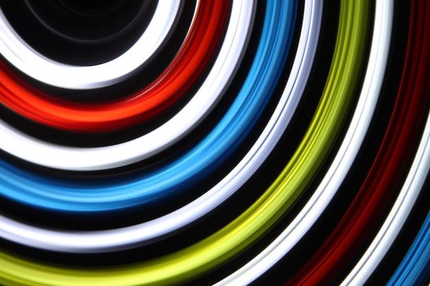 A luz do diodo emissor de luz que move-se na exposição longa disparou na obscuridade.