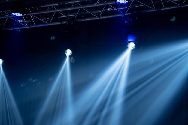 A luz do feixe no salão interno do partido, luz branca é bonita.