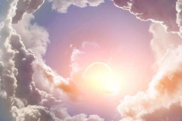 A luz do sol atravessa as nuvens no céu