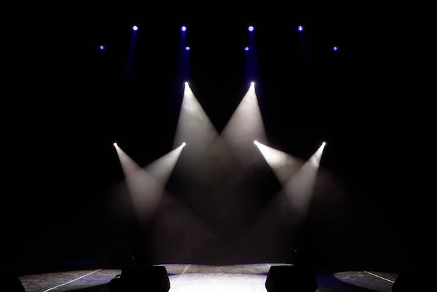 A luz dos holofotes de fumaça no palco do teatro.