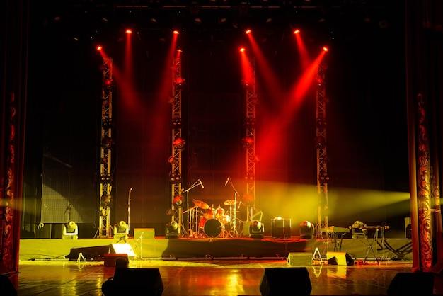 A luz dos holofotes em fumaça no palco do teatro.