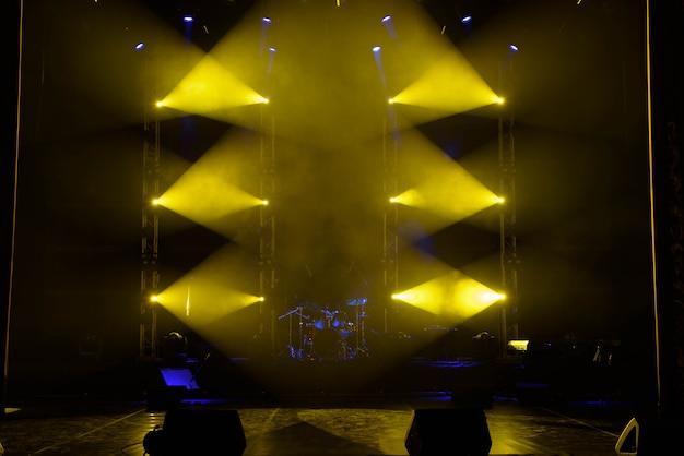 A luz dos holofotes em fumaça no palco.