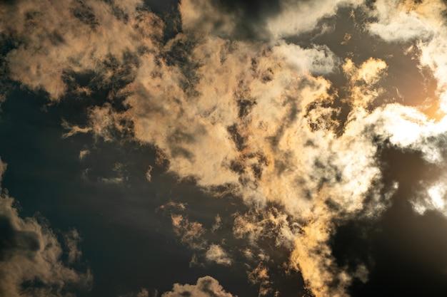 A luz dourada do crepúsculo no céu reflete a nuvem.