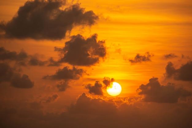 A luz dourada do sol da manhã e nuvens no céu.