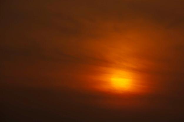 A luz dourada do sol e as nuvens no céu.