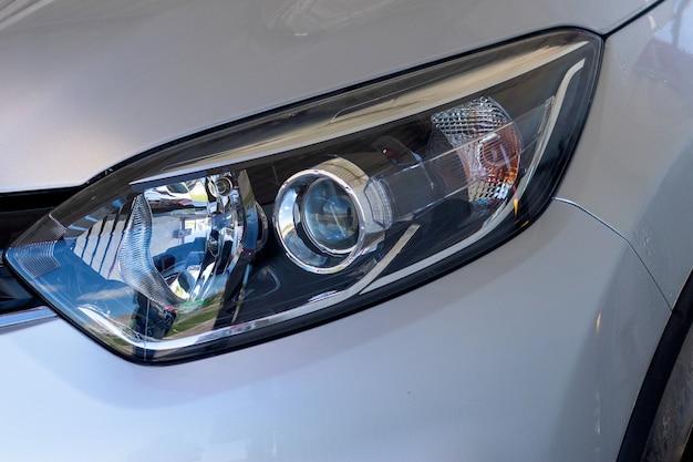 A luz frontal do carro iluminação halógena moderna iluminação frontal de um carro prateado