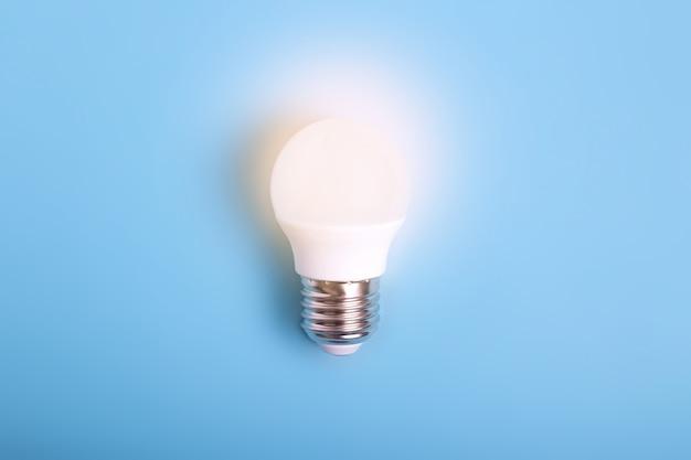 A luz led está acesa sobre fundo azul