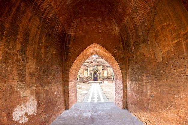 A luz no longo túnel subterrâneo de parede de tijolos