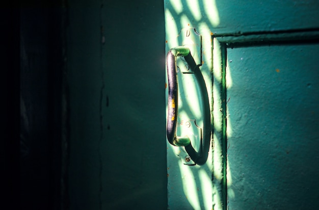 A maçaneta da porta antiga no quarto escuro