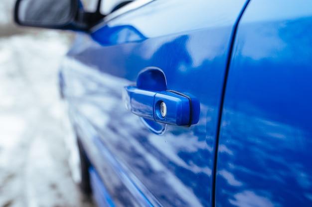 A maçaneta da porta do carro. o conceito de carros usados