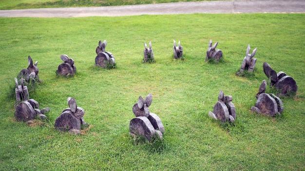 A madeira é aparada na forma desejada. coelho são feitos de madeira na grama.
