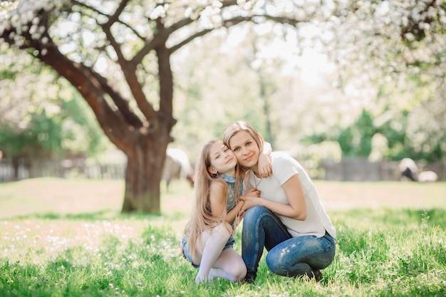 A mãe abraçando a filha no parque