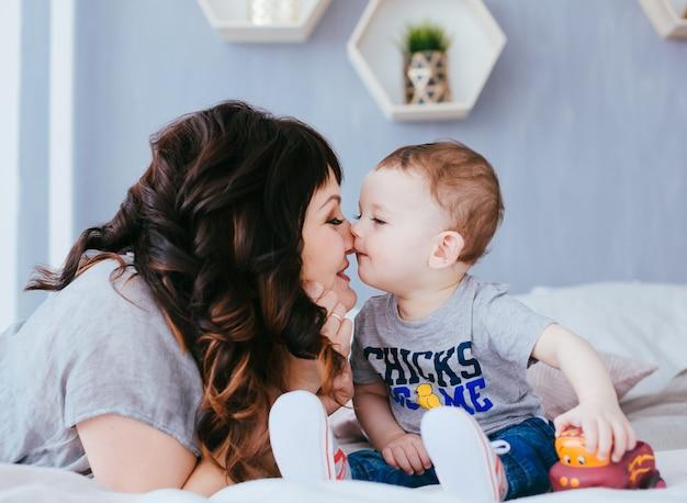 A mãe admira em seu filho
