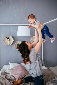 A mãe brincando com seu filho