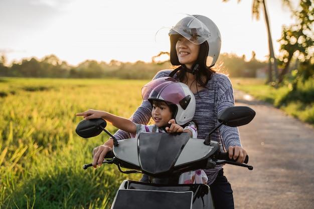A mãe e o filho dela gostam de andar de scooter