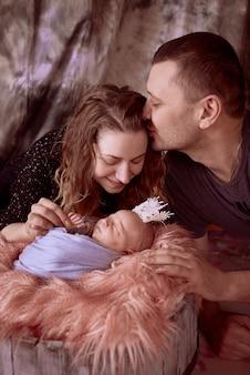 A mãe e pai sentado perto de sua filha
