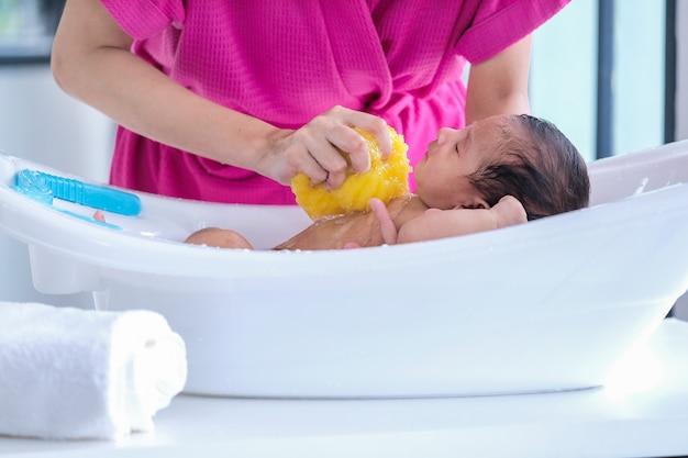 A mãe limpou o bebê 2 meses de idade