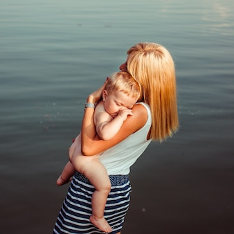 A mãe segura o filho