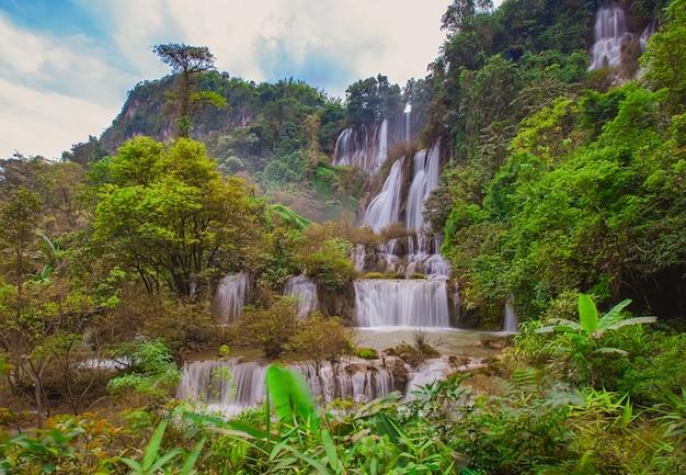 A maior e bela cachoeira na tailândia chamado thi lor su localizado na província de tak,