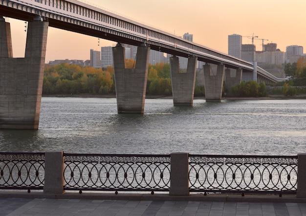 A maior ponte de metrô do mundo em suportes de concreto em forma de vs através do rio ob
