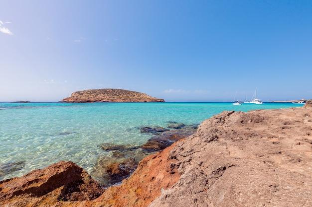 A mais pura água do mar esmeralda na costa da ilha de ibiza, espanha