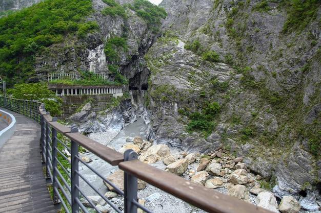 A maneira da caminhada e a vista da paisagem do parque nacional de taroko em hualien, formosa.