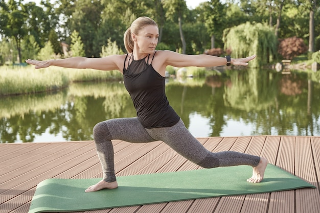 A maneira perfeita de começar o dia com uma bela mulher fitness em roupas esportivas praticando ioga