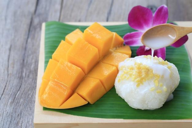 A manga e o arroz pegajoso são sobremesa tradicional popular de tailândia.