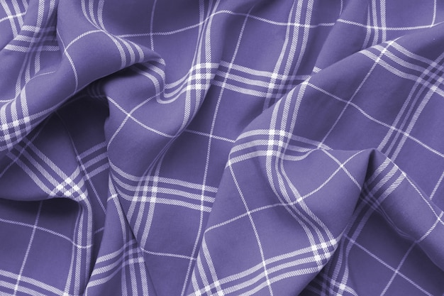 A manta quadriculado violeta roxa veste o material.