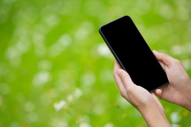 A mão da menina segurando um smartphone