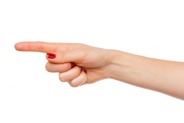 A mão da mulher aponta um dedo para algo isolado no branco